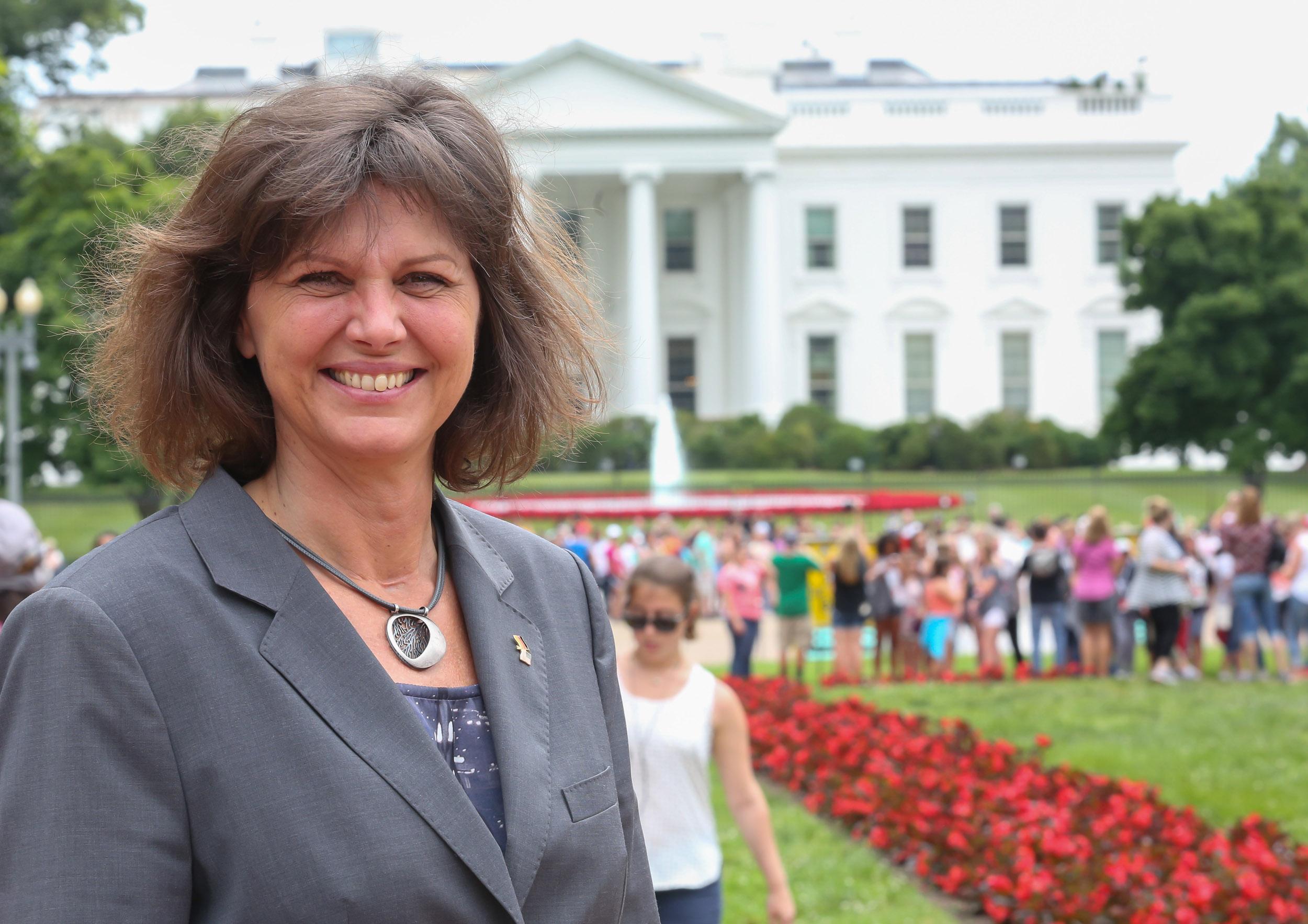 Ilse Aigner vor dem Weißen Haus in Washington